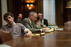 "Jesse Eisenberg stars as ""Mark Zuckerberg"" in Columbia Pictures' THE SOCIAL NETWORK.  Fonte: collider.com"
